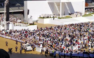 Papa fala da felicidade em missa histórica com 4 mil muçulmanos a assistir