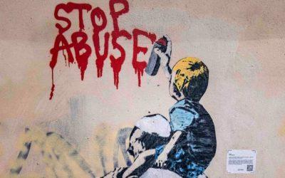 O grafite viral do Papa com o menino contra a pedofilia