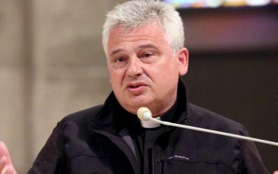 O cardeal desobedeceu à polícia, cortou o selo e reativou a eletricidade para 450 pobres