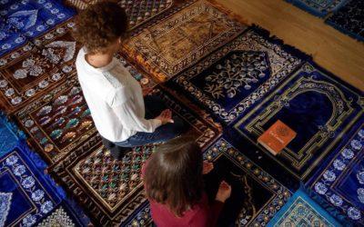 A primeira oração muçulmana com duas imames e homens e mulheres no mesmo espaço