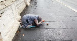 Pobreza. Mulher pobre a pedir. Roma