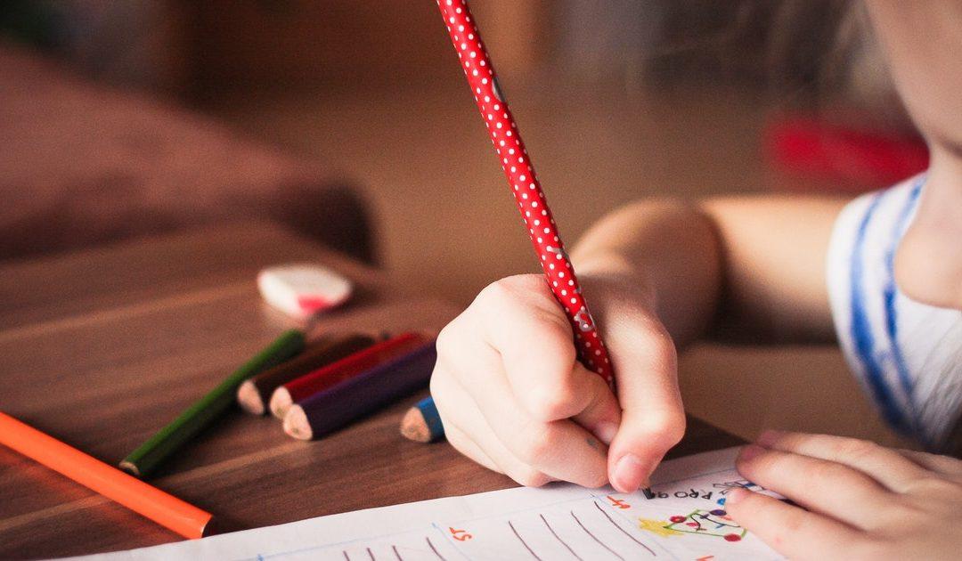 Crianças passam cada vez mais tempo nas creches e não há incentivos para famílias mais pobres