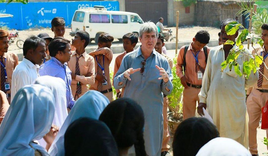 O padre que luta no Paquistão contra os 50 graus sem sombra e as inundações de dois mil mortos