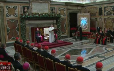 """Igreja e Cúria Romana têm de mudar o foco, diz o Papa, que alerta para o """"grito"""" dos migrantes forçados"""