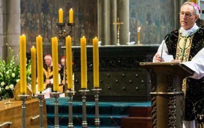 """Papa Francisco deu """"licença"""" ao arcebispo Gänswein para ele ter mais tempo para Ratzinger"""