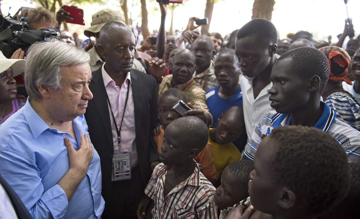 Guterres, en un campo de refugiados en Uganda