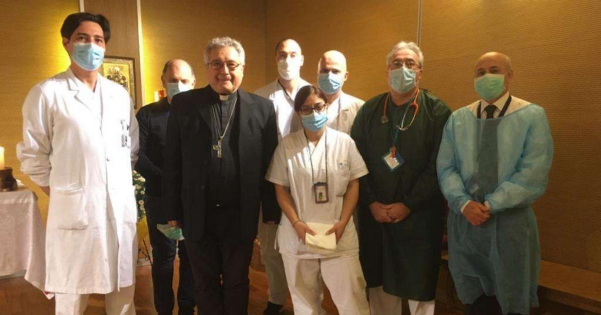 Médicos dão comunhão em hospital italiano © Avvenire