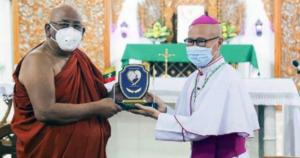 Monge budista Ashin Nyanisara, de Myanmar, com arcebispo de Mandalay, Marco Tin Win (c) Vatican News