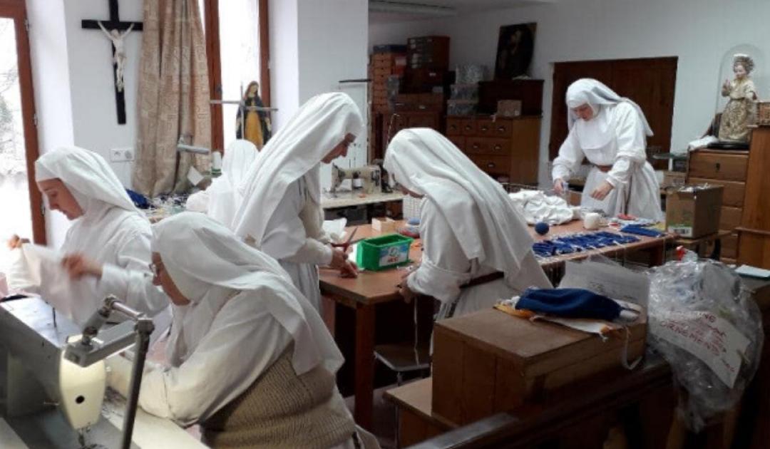 Costurar máscaras cirúrgicas em vez de vestes litúrgicas, ou como combater a pandemia no convento