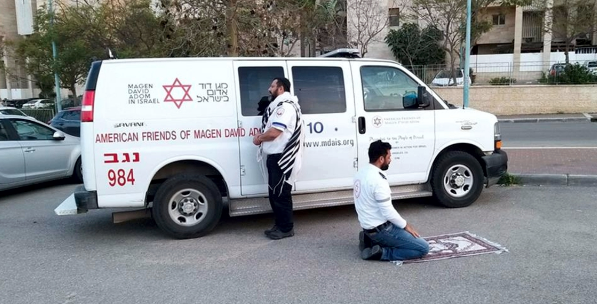 Judeu e palestiniano rezam juntos ao memso tempo; oração; covid-19