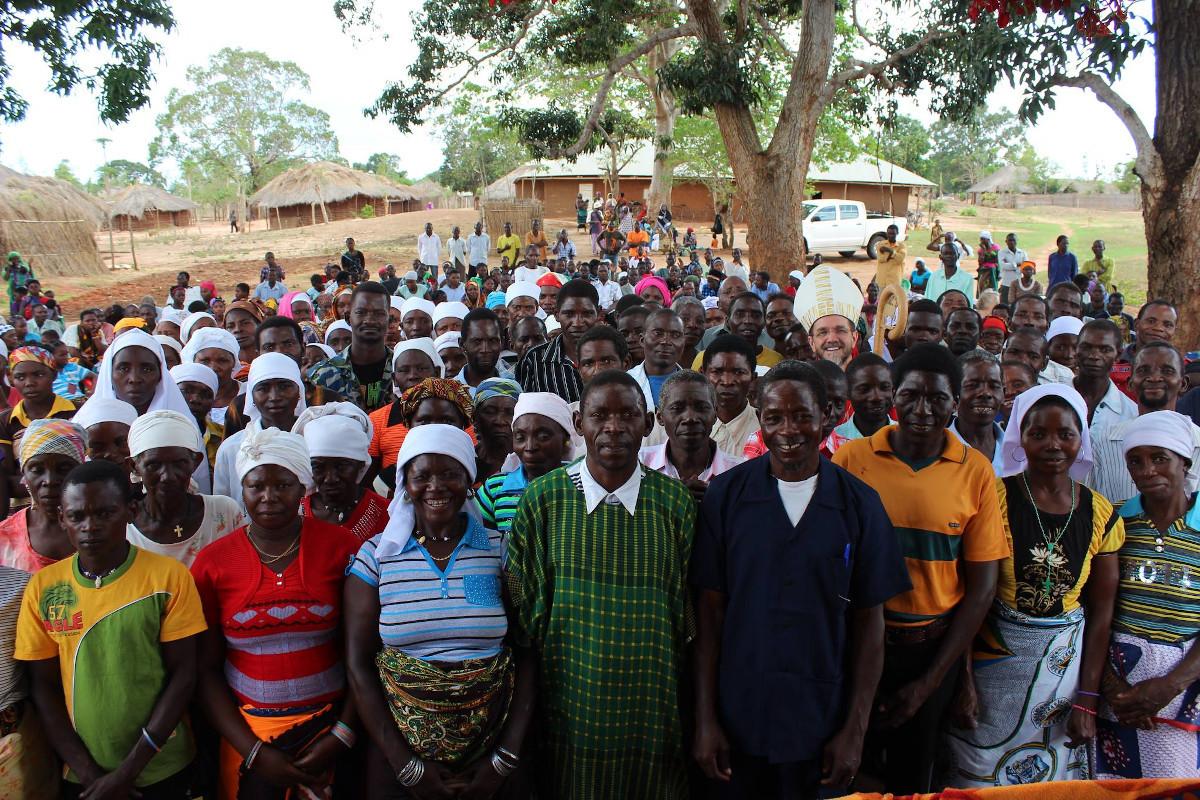 O bispo de Pemba (Moçambique) com católicos numa aldeia da diocese