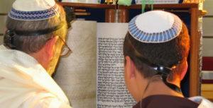 Judaísmo. Dois judeus sefarditas lêem a Torá