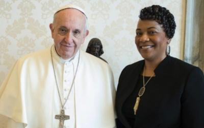 """""""Recusar fechar os olhos"""" para derrotar o racismo, defende filha de Luther King"""
