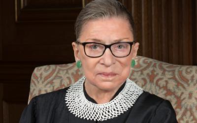 """Ruth Bader Ginsburg: a juíza pioneira e """"orgulhosamente judia"""" que provou que as mulheres não se medem aos palmos"""