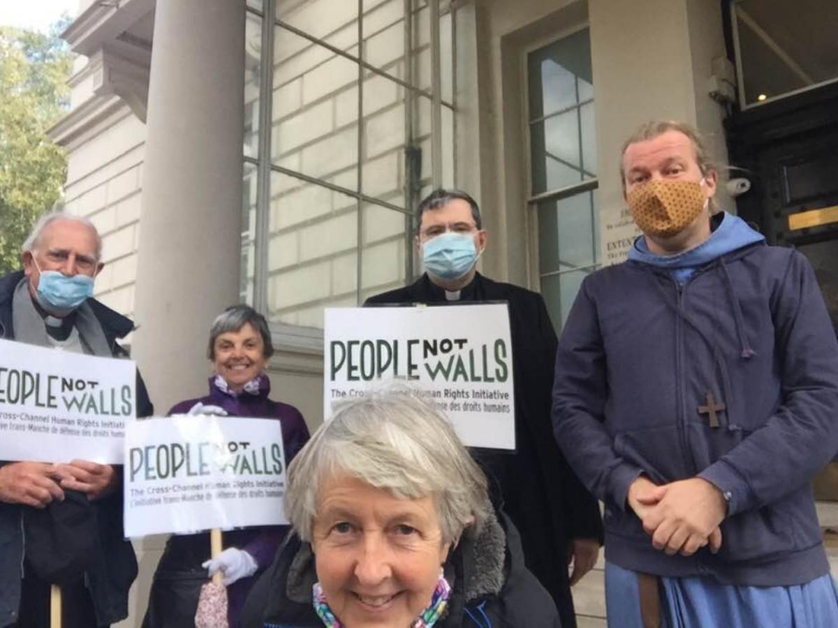 people not walls entrega carta refugiados, foto Twitter Pat Gaffney