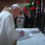 Papa assinou encíclica Fratelli Tutti em Assis. 7M com dossiê especial sobre o novo texto neste domingo