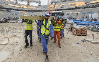 Mundial de futebol no Qatar: não chutar para canto os direitos dos trabalhadores, pede a Amnistia