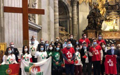 """Papa entregou cruz da JMJ a Portugal e pediu que os jovens escolham quem sofre e recusem """"febre"""" consumista"""