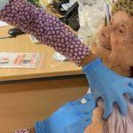 Um milagre judaico de Hanuká: dois sobreviventes nonagenários do Holocausto vacinados contra a covid