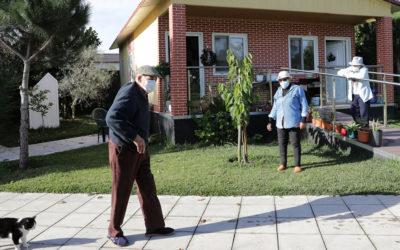 Bons vizinhos em casas que substituem lares