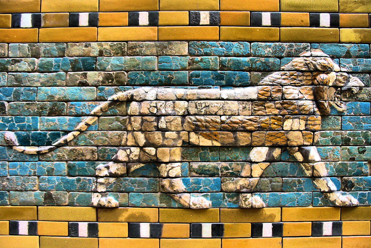Pormenor da Porta de Ishtar, atualmente no Museu Pérgamo, em Berlim. Foto © Francisco Anzola/Wikimedia Commons