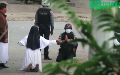 A irmã Ann ajoelhou de novo para a polícia não disparar sobre os jovens birmaneses