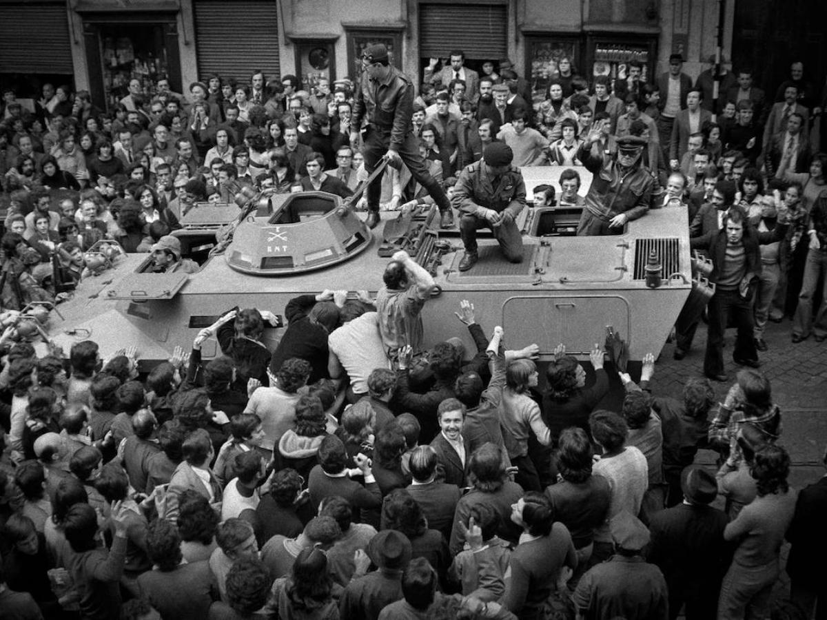 A população em apoio dos militares, nas ruas de Lisboa, a 25 de Abril de 1974. © Alfredo Cunha, cedida pelo autor