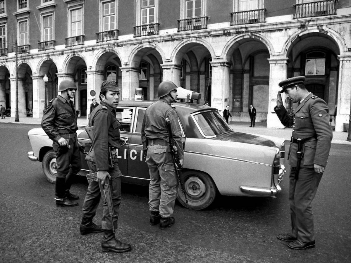 Salgueiro Maia na Praça do Comércio no dia 25 de Abril de 1974. © Alfredo Cunha, cedida pelo autor
