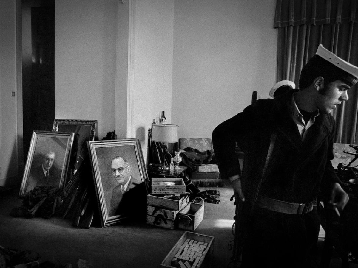 gabinetes ministeriais em Lisboa ocupados pelos militares a 25 de Abril de 1974, com retratos dos ditadores Salazar e Caetano no chão. © Alfredo Cunha, cedida pelo autor (1)