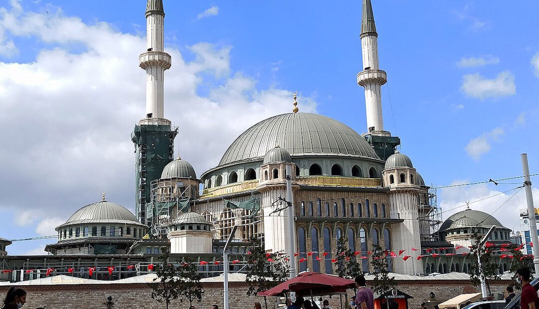 Erdogan inaugura grande mesquita no centro de Istambul, a terceira em três anos