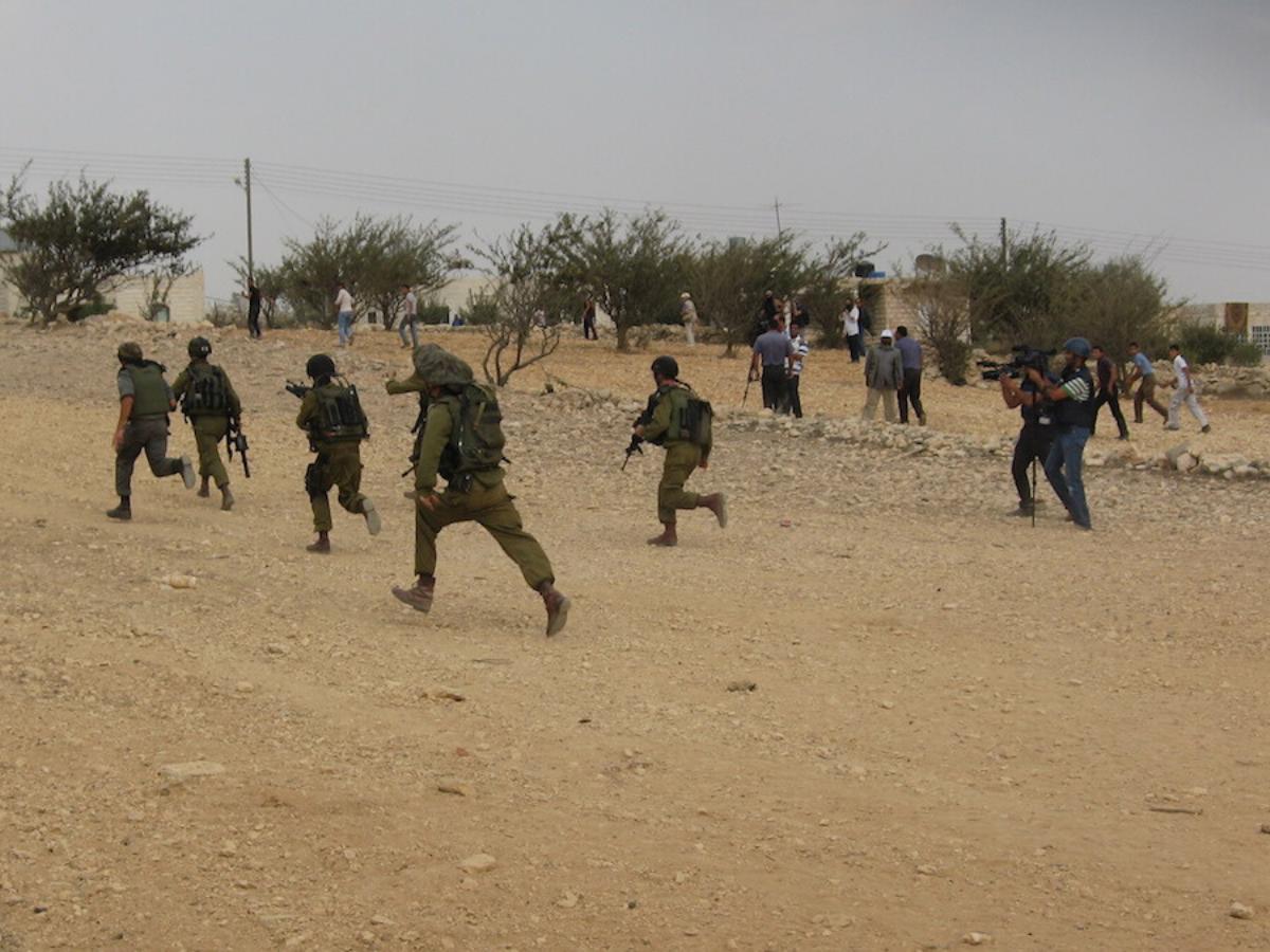 Forças israelitas na aldeia de Beit Ummar Foto © Amnesty International Andrea Bodekull
