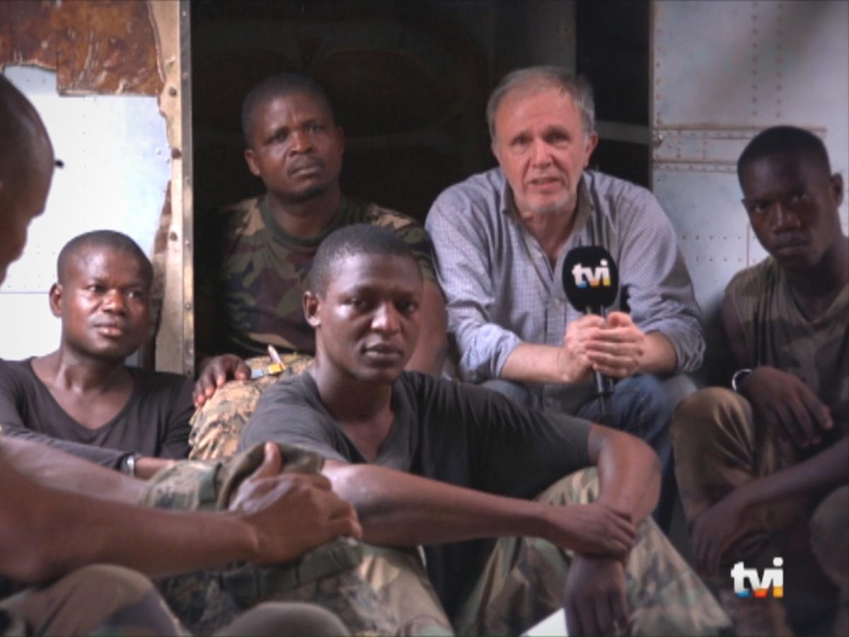 Rui Araújo em reportagem na República Centro-Africana num helicóptero com soldados