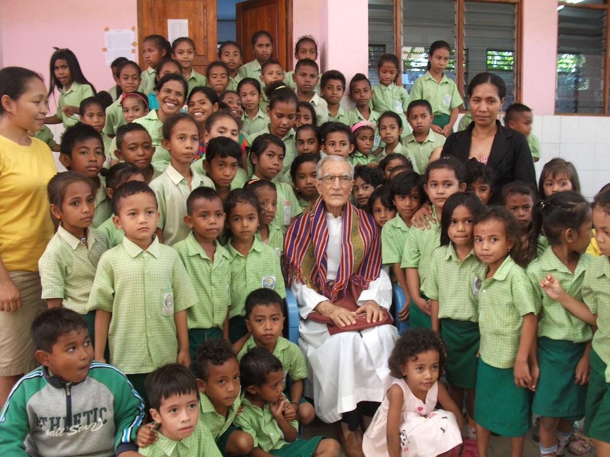 P. João Felgueiras com alunos da sua escola Amigos de Jesus 2015