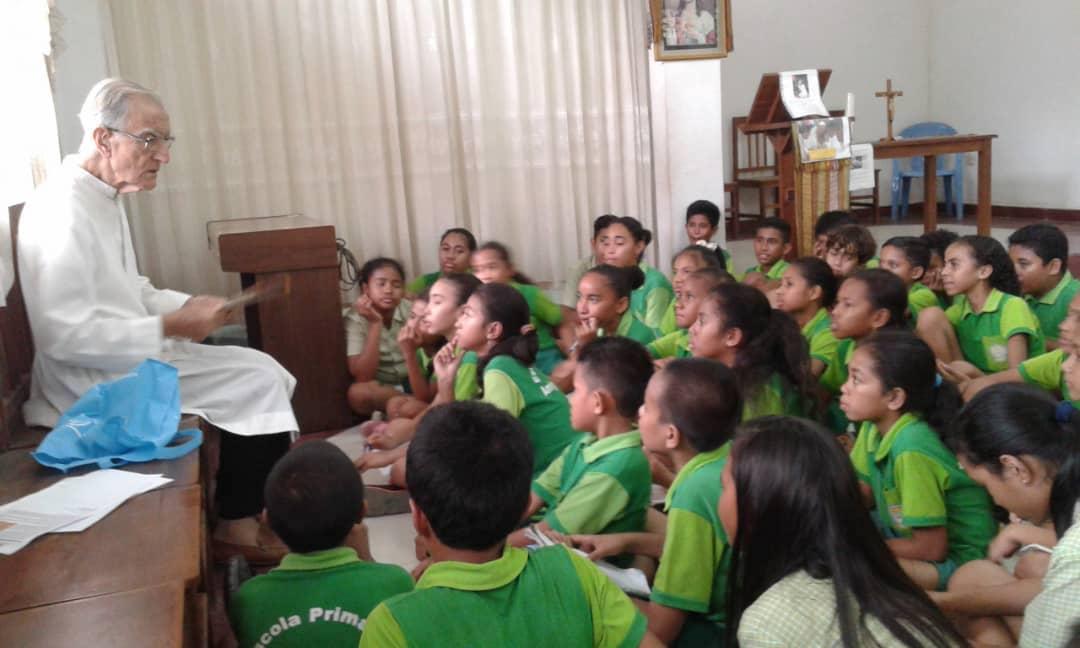 P. João Felgueiras com alunos da Escola Amigos de Jesus, em Díli (Timor)