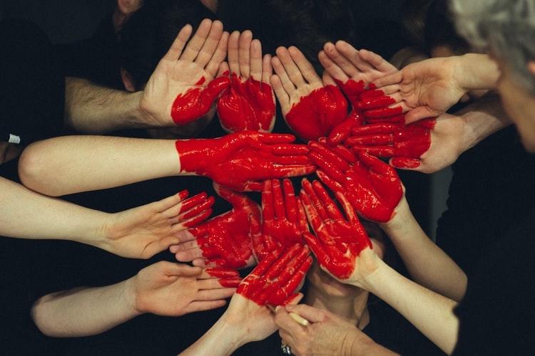 Mãos pintadas de vermelho. Paixão. Amor