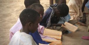 Crianças numa escola corânica em Touba, Senegal. Foto © ho visto nina volare/Wikimedia Commons