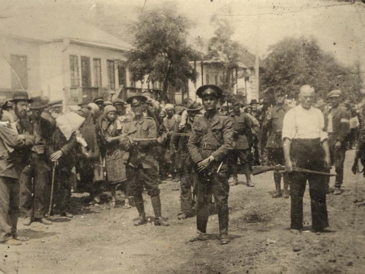 Deportação de judeus em Briceva, na Bessarábia, em 1941. Foto © Arquivo do Yad Vashem (58451)