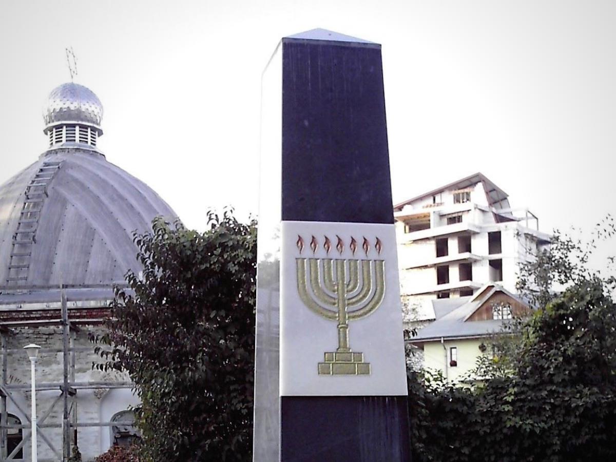 Monumento de homenagem às vítimas do pogrom de Iasi. Foto © Wikimedia Commons