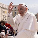 """Papa pede serviços de saúde """"acessíveis a todos"""""""